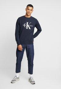 Calvin Klein Jeans - ICONIC MONOGRAM CREWNECK - Sweatshirt - night sky - 1