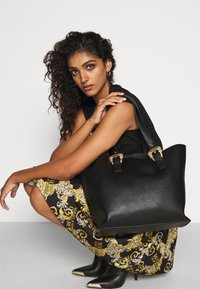 Versace Jeans Couture - SHOPPING BAG - Torba na zakupy - nero - 1