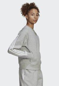 adidas Performance - ADIDAS SPORTSWEAR WRAPPED 3-STRIPES SWEATSHIRT - Sweatshirt - grey - 2