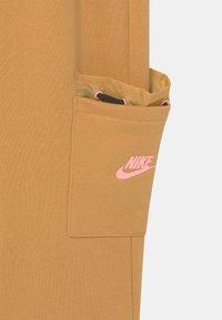 Nike Sportswear - Shorts - bucktan/black/arctic punch - 2