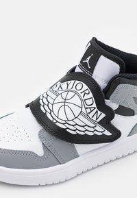 Jordan - SKY 1 UNISEX - Basketball shoes - white/black/particle grey - 5