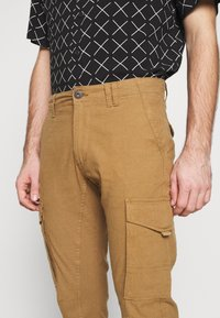 Jack & Jones - JJIPAUL JJFLAKE - Pantaloni cargo - sand - 5
