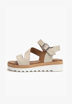 Sandały na platformie - bone bne