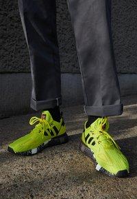 adidas Originals - ZX 2K BOOST UNISEX - Tenisky - acid yellow/core black/footwear white - 2