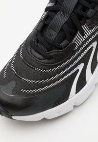Nike Sportswear - AIR MAX 270 REACT UNISEX - Tenisky - black/white/dark smoke grey/wolf grey - 5
