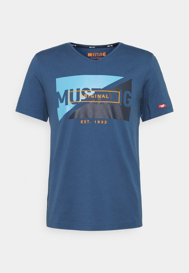 AARON - T-shirt con stampa - ensigne blue