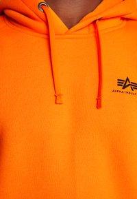Alpha Industries - BASIC HOODY SMALL LOGO - Sweat à capuche - neon orange - 5