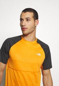 The North Face - MENS VARUNA TEE - Print T-shirt - orange/mottled dark grey - 3