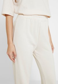 Missguided - JOGGER SET - Tracksuit bottoms - stone - 5