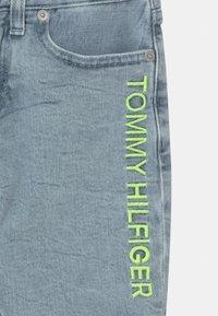 Tommy Hilfiger - SPENCER - Short en jean - marblewash - 2