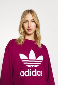 adidas Originals - CREW ADICOLOR - Sweatshirt - power berry/white - 3