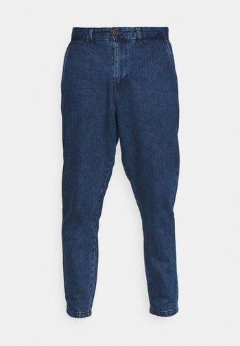 AKJULIUS PANT - Jeans Tapered Fit - medium blue denim