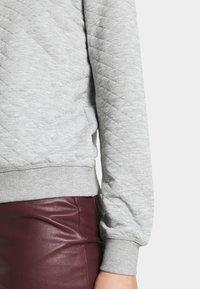 ONLY - ONLJOYCE O-NECK  - Sweatshirt - light grey melange - 5