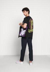 YOURTURN - T-shirt z nadrukiem - black - 1