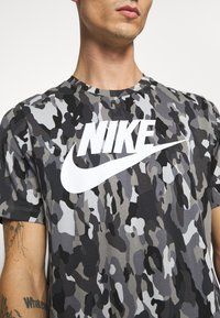 Nike Sportswear - TEE CLUB - T-shirt med print - smoke grey/cool grey/iron grey/white - 5