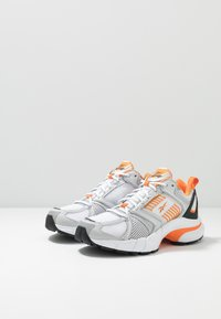 Reebok Classic - RBK PREMIER - Sneakersy niskie - white/matte silver/high vis orange - 2