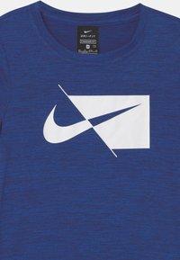 Nike Performance - DRY  - T-shirt z nadrukiem - blue void/white - 2