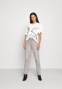 Levi's® - LEVI'S X PEANUTS GRAPHIC - T-shirt imprimé - marshmallow - 1