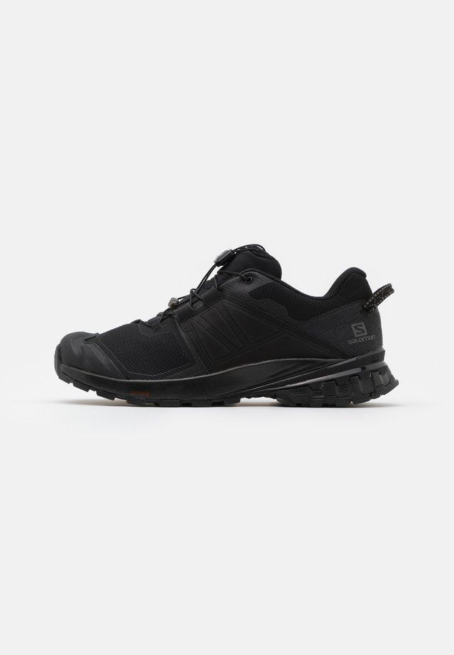 XA WILD - Běžecké boty do terénu - black