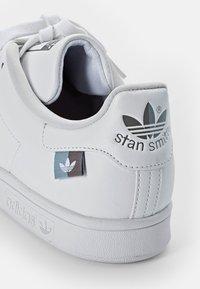 adidas Originals - STAN SMITH UNISEX - Trainers - white/grey three/light grey - 5
