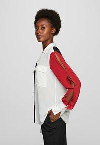 KARL LAGERFELD - KARL PIXEL COLOURBLOCK  - Camisa - white/black/red - 3