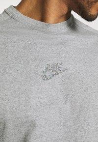 Nike Sportswear - T-shirt z nadrukiem - grey/heather - 4