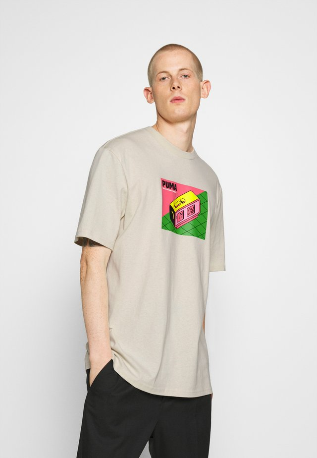 DOWNTOWN GRAPHIC TEE - Print T-shirt - birch