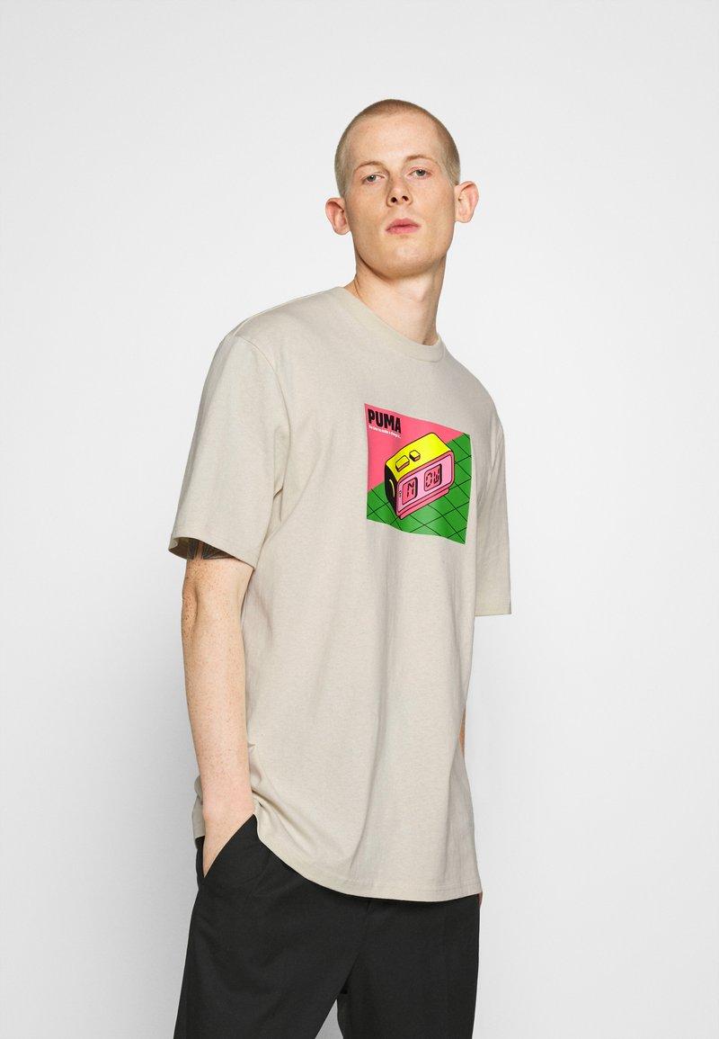 Puma - DOWNTOWN GRAPHIC TEE - Print T-shirt - birch