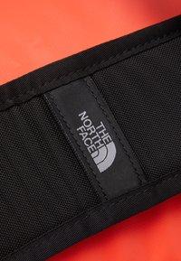 The North Face - BASE CAMP DUFFEL M UNISEX - Urheilukassi - flare/black - 8