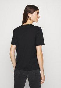 IVY & OAK - V NECK - T-shirts - black - 2