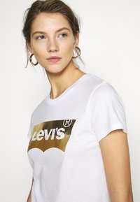 Levi's® - THE PERFECT TEE - Camiseta estampada - gold - 4