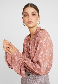 Missguided - PURPOSEFUL FLORAL PLUNGE FRILL SLEEVES BODYSUIT - Bluser - blush - 3