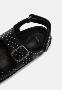 maje - FIAMABUCKLE - Sandals - noir
