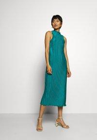 Who What Wear - PLISSE DRESS - Společenské šaty - emerald - 0