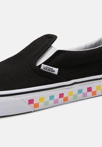 Vans - CLASSIC SLIP-ON - Zapatillas - rainbow/black - 4