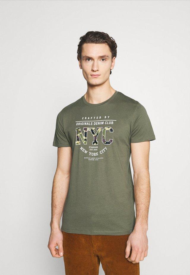 JORFASTER TEE CREW NECK - T-shirt imprimé - dusty olive