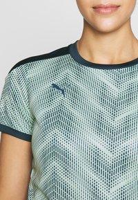 Puma - GRAPHIC - Camiseta estampada - dark denim/mist green - 4
