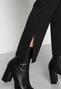 Pieces Petite - PCKARLA SLIT - Leggings - Trousers - black - 4