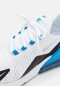 Nike Sportswear - AIR MAX 270 HU UNISEX - Sneakersy niskie - white/metallic silver/light photo blue/black - 5