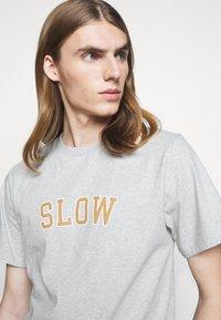 forét - EASE - Print T-shirt - light grey melange - 3