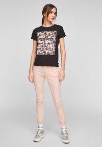 QS by s.Oliver - MIT FRONTPRINT - Print T-shirt - black - 1