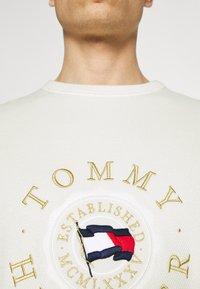 Tommy Hilfiger - STRUCTURED GRAPHIC - Jumper - ivory - 6