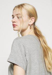 Levi's® - GRAPHIC VARSITY TEE - T-shirt imprimé - heather grey - 4