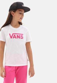 Vans - GR FLYING V CREW - Print T-shirt - white - 0
