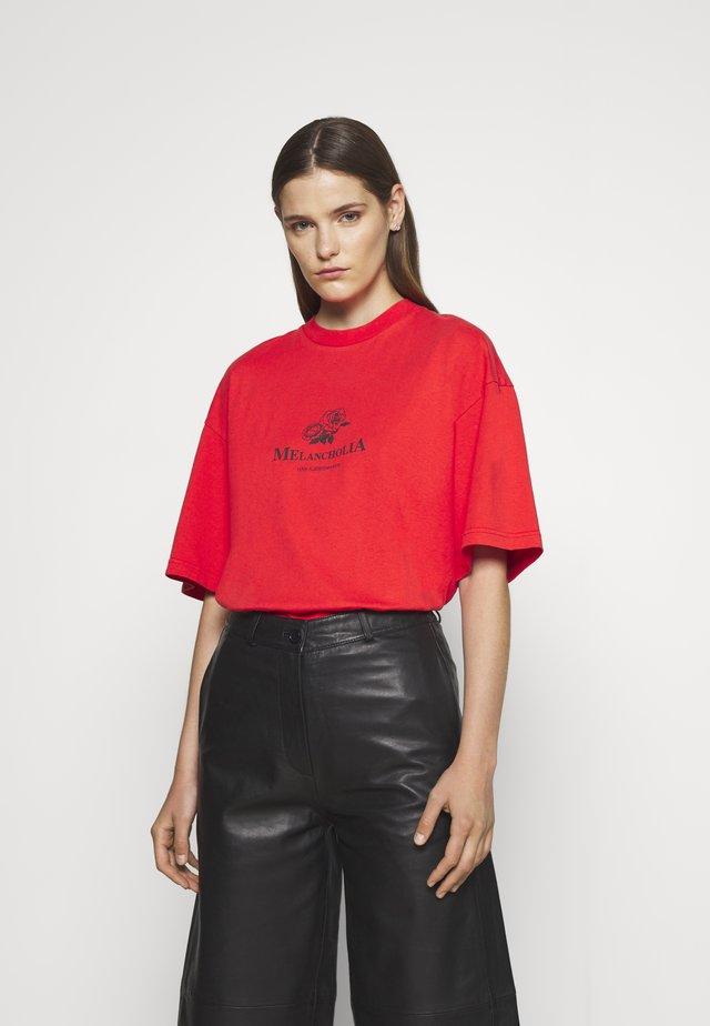 BOYFRIEND TEE SHORT SLEEVE - T-shirt imprimé - red