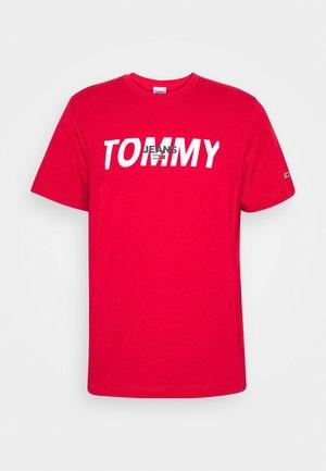 LAYERED GRAPHIC TEE  - T-shirt z nadrukiem - deep crimson