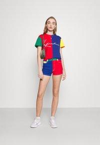 Karl Kani - SIGNATURE BLOCK TEE - Print T-shirt - multicolor - 1