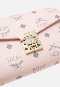 MCM - MILLIE VISETOS CROSSBODY SMALL - Taška spříčným popruhem - powder pink - 5
