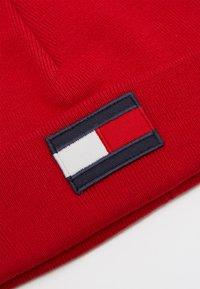 Tommy Hilfiger - BIG FLAG BEANIE - Čepice - red - 2