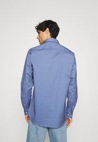 Tommy Hilfiger - FLEX GEO FLORAL PRINT REGULAR FIT - Shirt - copenhagen blue/white/ yale navy - 2